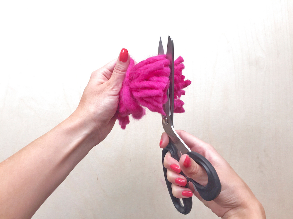 diy pink pompon tutorial wool and the gang mochni 10