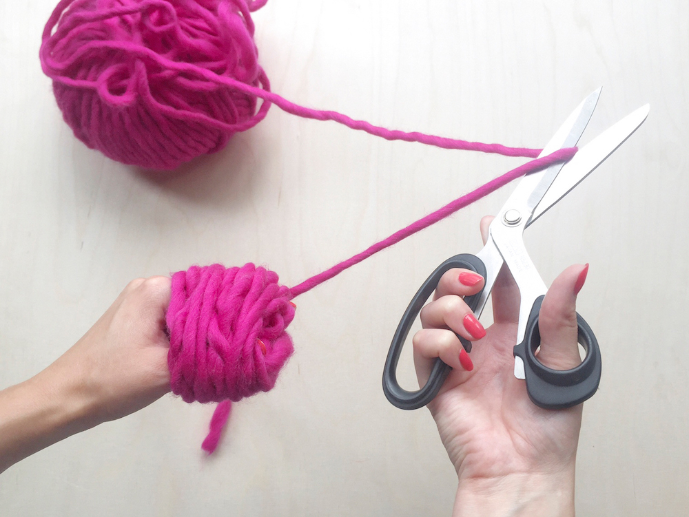 diy pink pompon tutorial wool and the gang mochni 3