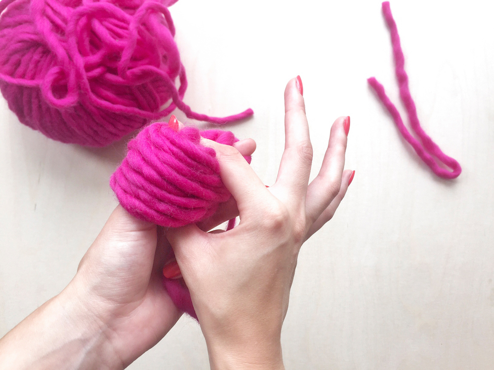 diy pink pompon tutorial wool and the gang mochni 5