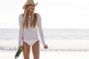 elle-macpherson-at-the-beach
